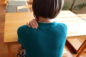 頸椎捻挫を負った女性